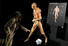 """<p>Foto de archivo de visitantes de la exhibición """"Our Body"""" en París, 3 abr 2009. Una exhibición de cadáveres humanos, que ha viajado por todo el mundo y recibido millones de visitantes, es indecente y debe cerrarse, ordenó el martes un tribunal francés. REUTERS/Benoit Tessier/Archivo</p>"""