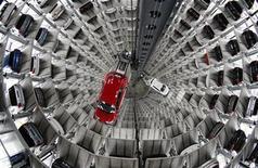 <p>Nuevos vehículos de Volkswagen son guardados en las torres de almacenamiento 'CarTowers' en el parque temático 'Autostadt', cerca de la planta de Volkswagen en Wolfsburg, Alemania, 12 mar 2009. La automotriz alemana Volkswagen anunció una caída del 76 por ciento en sus ganancias operativas del primer trimestre, las ventas de la francesa PSA Peugeot Citroen se derrumbaron y el fabricante de camiones Volvo dio más evidencia de la crisis sectorial. REUTERS/Christian Charisius</p>