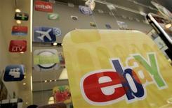 <p>Publicidad de una aplicación de eBay para Apple es vista en San Francisco, 22 abr 2009. EBay Inc reportó el miércoles ganancias netas, ventas y márgenes de beneficios del primer trimestre menores que el año pasado, pero que superaron las expectativas de Wall Street, lo que contribuía un alza de 6 por ciento de sus acciones. REUTERS/Robert Galbraith</p>