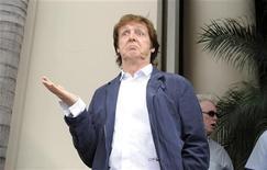 <p>Британский музыкант Пол Маккартни на церемонии открытия звезды ДЖорджа Харрисона на Аллее славы в Голливуде 14 апреля 2009 года. Экономические неурядицы больно ударили и по представителям творческих профессий - состояния британских музыкантов Пола Маккартни, Элтона Джона и Мика Джаггера значительно сократились в эпоху охватившего мир финансового кризиса. REUTERS/Phil McCarten</p>