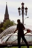 <p>Человек косит траву на Манежной площади в Москве 12 июля 1999 года. Выходные побалуют москвичей и жителей Московской области по-настоящему теплой погодой, без осадков. REUTERS/Alexander Natruskin</p>