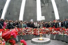 <p>Люди кладут цветы к вечному огню в память о жертвах массовых убийств в Турции 1915 года в Ереване 24 апреля 2006 года Армения в пятницу отмечает День поминовения соотечественников, в начале прошлого века ставших жертвами массовых убийств в Турции, параллельно готовясь к подписанию исторического договора с Анкарой. REUTERS/Photolure</p>