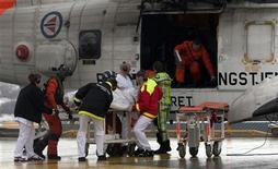 <p>Норвежские спастели выносят на носилках из вертолета моряка с затонувшего в Баренцевом море российского траулера в городе Тромсо 24 апреля 2009 года.Один член экипажа российского траулера, затонувшего в Баренцевом море у побережья Норвегии, погиб от переохлаждения, сообщили представители норвежских спасательных. служб. REUTERS/Jan-Morten Bjornbakk/Scanpix</p>