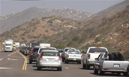 Traffic is backed up as residents return to town after being evacuated during wildfires in the Ramona area of San Diego County October 26, 2007. REUTERS/Phil McCarten
