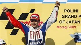 <p>Il pilota Yamaha Jorge Lorenzo festeggia la vittoria sul podio al GP del Giappone a Montegi. REUTERS/Toru Hanai</p>