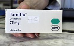 """<p>Боснийский фармацевт держит в руках лекарство Tamiflu или """"Осельтамивир"""" швейцарской компании Roche в Сараево 18 февраля 2006 года. Швейцарский производитель лекарств Roche Holding AG ведет работы по увеличению производства лекарства Tamiflu, показавшего свою эффективность против нового типа гриппа, уже унесшего в Мексике более 100 жизней. REUTERS/Danilo Krstanovic</p>"""