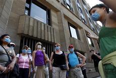 <p>Туристы в масках на экскурсии по историческому центру Мехико 25 апреля 2009 года. Вспышка свиного гриппа в Мексике, унесшая более 100 жизней, напугала российских туристов: почти треть из них уже отказались ехать на майские праздники в эту страну. REUTERS/Eliana Aponte</p>