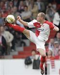 <p>Capitão do time Energie Cottbus, Timo Rost, joga durante a liga alemã contra o Wolfsburg. 26/04/2009. REUTERS/Tobias Schwarz</p>