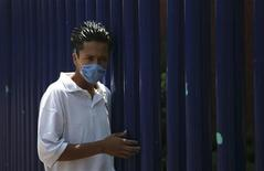 <p>A wears a mask in Mexico City April 24, 2009. REUTERS/Eliana Aponte</p>