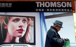 <p>Affiche publicitaire à Pékin. Le cours de l'action du groupe Thomson a bondi à l'ouverture de la Bourse mardi après l'annonce du sursis accordé jusqu'à la mi-juin par ses créanciers pour négocier une restructuration de sa dette. A 09h22 le titre progressait de 6,32% à 1,11 euros. /Photo d'archives/REUTERS/Guang Niu</p>