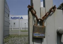<p>Nokia veut réduire ses investissements dans ses nouvelles activités dans le but de supprimer 450 emplois supplémentaires. /Photo d'archives/REUTERS/Wolfgang Rattay</p>