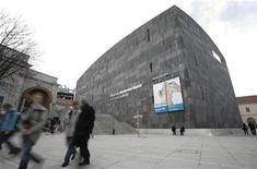 <p>People pass the Museum for Modern Art MUMOK at the Museums Quartier in Vienna March 25, 2009. REUTERS/Herwig Prammer</p>