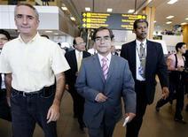 <p>El ministro de Salis de Perú, Oscar Ugarte (centro), y el gobernador de Callao, Alex Kouri (izq), en el aeropuerto de Lima en Callao, 27 abr 2009. Perú descartó el martes que la gripe porcina haya aterrizado en el país luego de analizar hasta cinco casos de personas sospechosas de ser portadoras del virus que habían llegado del extranjero en los últimos días. REUTERS/Enrique Castro-Mendivil</p>