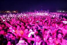 <p>Fans cheer during the performance of Thievery Corporation at the Coachella Music Festival in Indio, California April 18, 2009. REUTERS/Mario Anzuoni</p>