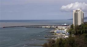 <p>Вид на береговую линию города Сочи 8 апреля 2008 года. Финансовый кризис не миновал индустрию отдыха, заставив ужаться российский туристический рынок на одну треть к концу апреля в годовом выражении. При этом падение потока отечественных туристов, выезжающих за рубеж, продолжится, достигнув 40 процентов за весь 2009 год, считают участники рынка, опрошенные Рейтер. REUTERS/Grigory Dukor</p>
