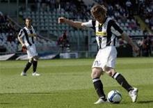 <p>Pavel Nedved, do Juventus, domina a bola em partida contra o Lece. O jogador, que deve se aposentar ao final desta temporada, marcou dois gols e ajudou a Juve a virar o jogo. REUTERS/Alessandro Garofalo</p>