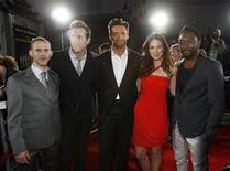 """<p>De izquierda a derecha: los protagonistas de """"X-Men Origins: Wolverine"""" Dominic Monaghan, Ryan Reynolds, Hugh Jackman, Lynn Collins y Will.i.am durante el estreno de la película en el teatro chino de Hollywood, 28 abr 2009. REUTERS/Mario Anzuoni</p>"""