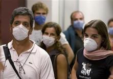 <p>Аргентинские туристы в аэропорту Мехико 3 мая 2009 года. Эпидемия свиного гриппа в Мексике миновала пиковый период, а эксперты по всему миру заверяют, что разновидность вируса H1N1, парализовавшая страну, не более опасна, чем обычный грипп. REUTERS/Jorge Dan</p>