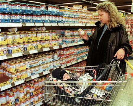 A woman holds a jar of baby food in a supermarket in Bonn, Germany, February 3, 1998. REUTERS/Arnd Wiegmann