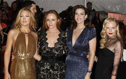 """<p>A atriz Kate Hudson, a designer Stella McCartney e as atrizes Liv Tyler e Kate Bosworth na entrada do Metropolitan Museum of Art, em Nova York, para a exposição """"Modelos como Musa"""". 04/05/2009. REUTERS/Lucas Jackson</p>"""