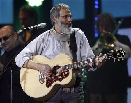 Singer Yusuf Islam, formerly known as Cat Stevens, performs during the Live Earth concert at the soccer arena in Hamburg, northern Germany, July 7, 2007. REUTERS/Christian Charisius