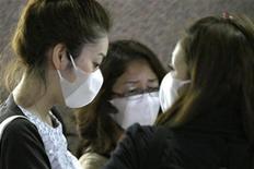 <p>Женщины в масках в международном аэропорту Пудонг в Шанхае 2 мая 2009 года. Не менее 1.124 случаев заболевания разновидностью гриппа H1N1 в 21 стране были официально подтверждены во всему миру, свидетельствуют последние данные Всемирной организации здравоохранения. REUTERS/Aly Song</p>