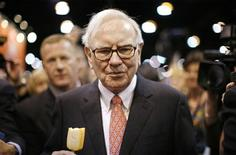 <p>Billionaire financier and Berkshire Hathaway Chief Executive Warren Buffett eats ice cream as he walks during the Berkshire Hathaway Annual Shareholders meeting in Omaha, Nebraska in this May 2, 2009. REUTERS/Carlos Barria/Files</p>