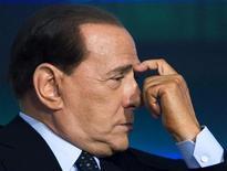 <p>Премьер-министр Италии Сильвио Берлускони на съемках телепрограммы в Риме 5 мая 2009 года. Премьер-министр Италии Сильвио Берлускони в ответ на заявление жены о разводе сообщил во вторник, что отрицает свою связь с 17-летней девушкой. REUTERS/Remo Casilli</p>