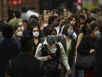 <p>Пассажиры в масках в метро в Мехико 6 мая 2009 года. Мексика возвращается к привычной жизни после пяти дней, на которые страна замерла из-за вспышки гриппа А/H1N1. REUTERS/Daniel Aguilar</p>