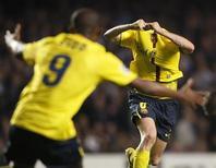 """<p>Игроки """"Барселоны"""" Андрес Иньеста (справа) и Самуэль Это'о радуются голу, забитому в ворота """"Челси"""" в полуфинале Лиги чемпионов в Лондоне 6 мая 2009 года. Спорить с этим, конечно, бросятся все игроки """"Челси"""", которым возможно парой аргументов поможет и тренер """"Арсенала"""" Арсен Венгер, но """"Барселона"""" против """"Манчестер Юнайтед"""" - это финал Лиги чемпионов, о котором все футбольные болельщики могли только мечтать. REUTERS/Albert Gea</p>"""