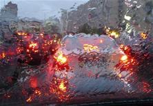<p>Автомобили в пробке в Киеве 23 апреля 2008 года. Украина повысила максимально разрешенную скорость движения автотранспорта на автомагистралях до 130 километров в час с прежних 110, говорится в постановлении правительства, вступившем в силу в четверг после публикации в официальной прессе. REUTERS/Gleb Garanich</p>