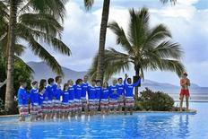 """<p>Участники конкурса на """"лучшую работу в мире"""" на острове Гамильтон 4 мая 2009 года. Мечтаете назвать в свою честь маленький тропический рай? Несколько австралийских островов недалеко от Большого Барьерного рифа выставлены на продажу, и благодаря кризису, сегодня стоят они намного дешевле, чем раньше. REUTERS/Tourism Queensland/Eddie Safarik/Handout</p>"""