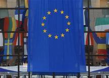 """<p>Флаг ЕС на здании Европейского Совета в Брюсселе 18 июня 2008 года. Европейский Союз в четверг предложил программу """"Восточное партнерство"""", направленную на экономическое и политическое сближение с шестью бывшими советскими республиками, поспешив при этом заверить Россию в том, что не собирается посягать на ее традиционную сферу влияния. REUTERS/Yves Herman</p>"""
