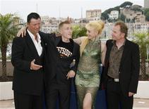 """<p>Elenco do filme """"Import Export"""" no Festival de Cannes com o diretor austríaco Ulrich Seidl Cannes. 21/05/2007. REUTERS/John Schults</p>"""