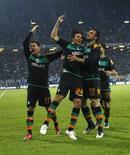 <p>Mesut Oezil, Claudio Pizarro e Hugo Almeida do Werder Bremen comemoram um gol contra o Hamburgo na Copa da Uefa. 07/05/2009. REUTERS/Ina Fassbender</p>
