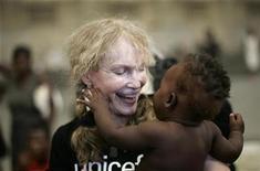 <p>Foto de archivo de la actriz y embajadora de buena voluntad de Unicef Mia Farrow junto a un bebé hatiano en Gonaives, 20 sep 2008. Farrow, enferma tras casi dos semanas en huelga de hambre, anunció el viernes que el magnate británico Richard Branson la reemplazará en su protesta solidaria con la gente de la conflictiva región de Darfur en Sudán. REUTERS/ Eduardo Munoz (HAITI)</p>