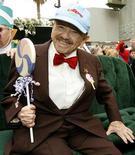 """<p>Foto de archivo del actor Mickey Carroll durante la entrega de su estrella en el Paseo de la Fama de Hollywood, 20 nov 2007. Carroll, uno de los últimos actores sobrevivientes que interpretaron a los diminutos """"Munchkins"""" en la película de 1939 """"El Mago de Oz"""", murió el jueves en Misuri debido a causas naturales a la edad de 89 años, informó un periódico. REUTERS/Mario Anzuoni/Files</p>"""