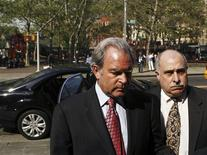 <p>New York lawyer Marc Dreier (L) arrives at the Manhattan Federal courthouse for a hearing regarding his role in an investment fraud of hundreds of millions of dollars in New York May 11, 2009. REUTERS/Lucas Jackson</p>