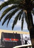 <p>Il grande cartellone dedicato al Festival di Cannes. REUTERS/Eric Gaillard</p>