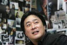 """<p>Diretor sul-coreano que recebeu o Grande Prêmio de Cannes por """"Oldboy"""" em uma entrevista à Reuters em Seul. 11/05/2009. REUTERS/Jo Yong-Hak</p>"""