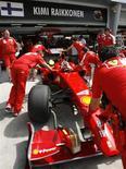 <p>Foto de arquivo do posto da Ferrari com o carro do piloto da Fórmula 1 Kimi Raikkonen. 03/04/2009. REUTERS/David Loh/Arquivo</p>