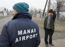 <p>Люди на улице деревни Манас, расположенной рядом с военной авиабазой США. Комитет Сената США во вторник одобрил выделение $30 миллионов на модернизацию систем контроля воздушного транспорта в Киргизии, где Вашингтон стремится сохранить свое военное присутствие. REUTERS/Shamil Zhumatov</p>