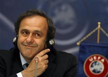 <p>Мишель Платини выступает на пресс-конференции в Бухаресте, 13 мая 2009 года. Киев может потерять право провести на своих стадионах финал европейского футбольного первенства 2012 года, если не обеспечит выполнение необходимых требований к инфраструктуре, сказал глава УЕФА Мишель Платини в среду. REUTERS/Bogdan Cristel</p>