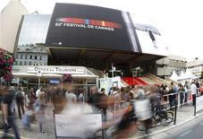 """<p>Admiradores y prensa reunidos frente al Palacio del Festival de Cannes, Francia, 13 mayo 2009. La comedia de aventuras animada """"Up"""" levantó el ambiente en el comienzo del festival de Cannes, mientras la convocatoria más grande y ostentosa del cine se prepara para desplegar la alfombra roja el miércoles. REUTERS/Eric Gaillard</p>"""