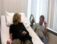 """<p>La actriz Farrah Fawcett y su pareja Ryan O'Neal en esta fotografía publicitaria del filme """"Farrah's Story"""", 15 mayo 2009. La actriz Farrah Fawcett esperaba un milagro durante los primeros días de su batalla contra el cáncer colorrectal, pero su compañero sentimental durante años, Ryan O'Neal, se prepara con tristeza para una vida sin ella. REUTERS/NBC/Handout</p>"""