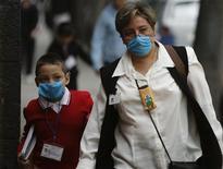 <p>Мама и сын в защитных масках идут в школу в первый день вспышки вируса (H1N1) гриппа в Мехико. 11 мая 2009 года. Новый вирус гриппа N1H1 заражает все меньше людей в Мексике и, скорее всего, приведет не более к чем 100 смертельным исходам в стране, сказал министр здравоохранения Мексики Ангель Кордова в среду. (REUTERS/Daniel Aguilar (MEXICO HEALTH DISASTER EDUCATION))</p>