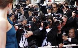 """<p>Актриса Алессия Пьован позирует для фотографов в ночь открытия 62-го Каннского кинофестиваля. 13 мая 2009 года. Каннский кинофестиваль откроется в среду анимационным 3-D фильмом с жизнеутверждающим названием """"Вверх"""" (""""Up""""), но рецессия и вызванное ею сокращение расходов кинокомпаний могут омрачить приподнятое настроение. (REUTERS/Vincent Kessler (FRANCE ENTERTAINMENT))</p>"""