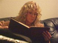 """<p>Una imagen de Farrah Fawcett del documental """"Farrah's Story"""", 13 mayo 2009. La actriz Farrah Fawcett aparece rapándose su famosa melena rubia en un estremecedor diario en vídeo que narra su larga batalla con el cáncer, cuando ésta se acerca a su fin. REUTERS/NBC/Handout</p>"""