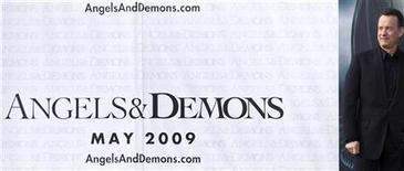 """<p>Актер Том Хэнкс у афиши фильма """"Ангелы и Демоны"""" в центре Европейской организации по ядерным исследованиям (CERN) близ Женевы 12 февраля 2009 года. Стартующий в кинопрокате в пятницу фильм """"Ангелы и демоны"""" - продолжение таинственного триллера """"Код да Винчи"""", скорее всего не сможет по кассовым сборам догнать своего более религиозно-противоречивого предшественника. REUTERS/Valentin Flauraud</p>"""