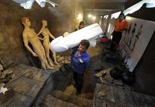 <p>Labourers install statues in an exhibition hall at Love Land theme park, currently under construction, in Chongqing municipality May 15, 2009. REUTERS/Stringer</p>